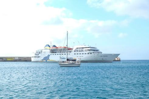 Ferry tussen Madeira en Porto Santo ligt achter ons in de haven